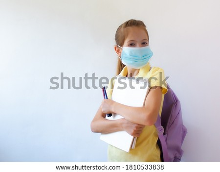 School child wearing face mask during an outbreak of influenza, coronavirus or other viral diseases. Return to school and study after isolation and quarantine. Foto stock ©