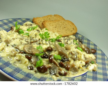 Scrambled eggs whit mushrooms