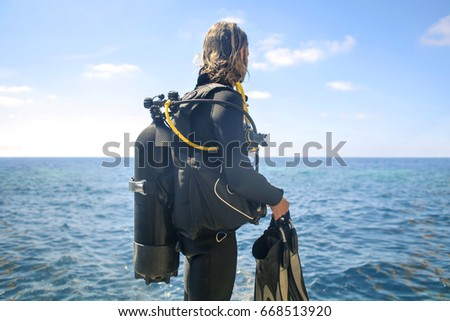 Scuba diver looking the horizon #668513920