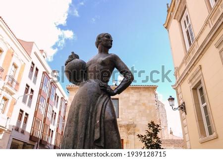 Sculpture 'La Aguadora' in Palencia, Spain. Work of the sculptor Victorio Macho. Foto d'archivio ©