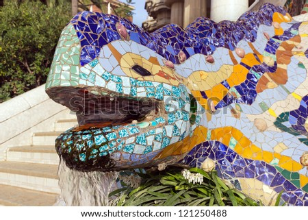 Sculpture of a salamandra of antoni gaudi mosaic in park for Salamandra barcelona