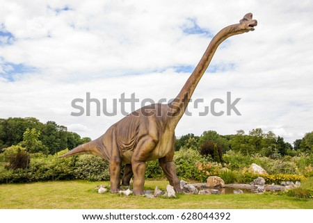 Sculpture of dinosaur ( Sauropoda , Diplodocus ) in live size.