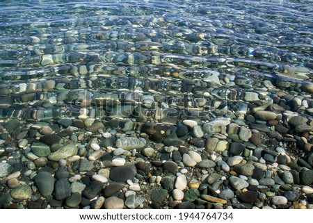 Sea stones in sea water. Pebbles under water. The view from the top. Nautical background. Clean sea water. Transparent sea Foto stock ©