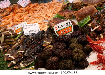 Sea urchin,crab,shrimp,lobster, seafood on ice - Fishmonger at  Mercado de Maravillas, Madrid