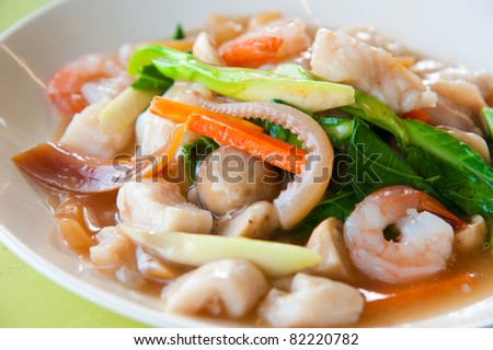 Seafood and Noodles in a Creamy Sauce : Guaitiao Rad Na : delicious tradition thailand food