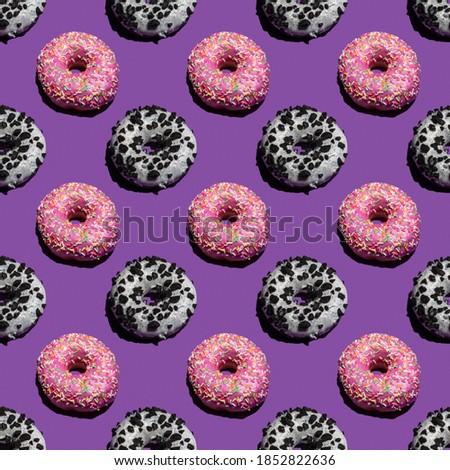 Seamless pattern with Krispy Kreme doughnut on violet background. Stock fotó ©