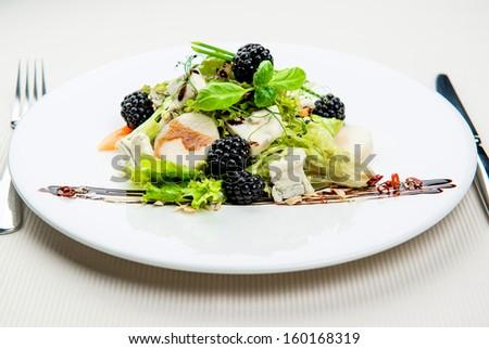 Seasonal leaf salad with Gorgonzola and blackberries