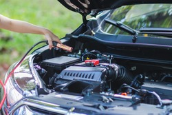 select Focus,The young woman was disappointed that the car had to come to waste during the trip and hold the battery to activate the battery in her hand to activate the car battery to start again.