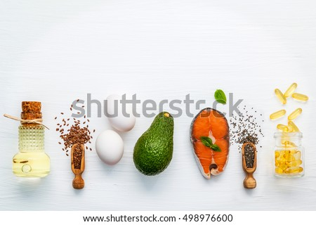 Selection food sources of omega 3 . Super food high omega 3 and unsaturated fats for healthy food. Olive oils ,salmon ,flax seeds ( linseed ) ,chia seeds ,eggs and avocado on white wooden background. Foto d'archivio ©