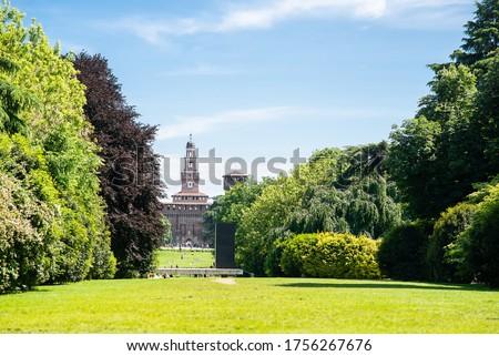 Sempione Park (Parco Sempione) in Milan, Italy. Sforza Castle. Filarete Tower. Blue Sky. Sunny Day. Foto d'archivio ©