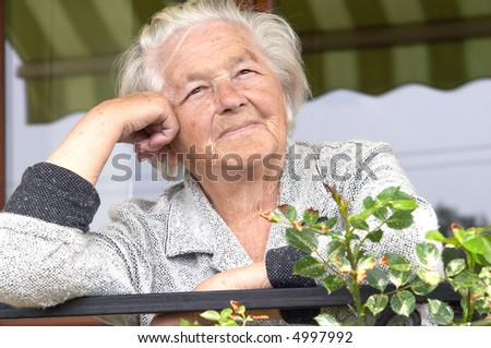 Senior woman leaning on hand and looking forward.