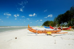 Serdang Beach offers a calm and calming atmosphere thanks to the pine trees. On the shoreline, there are many fishing boats. Locals neatly park their boats here.
