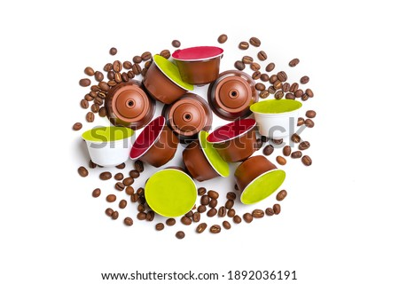 set of coffee capsules, roasted beans isolated on white background Top view Flat lay Drink obtained from dosed capsule with roasted, ground and compressed natural coffee Foto stock ©