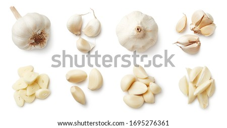 Set of fresh whole and sliced garlics isolated on white background. Top view Foto stock ©
