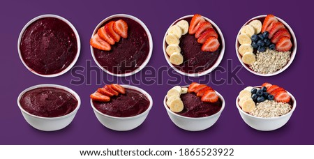 set of many Brazilian frozen açai berry ice cream bowls with diferent ingredients on a purple summer background. top view and front view for menu  Foto stock ©