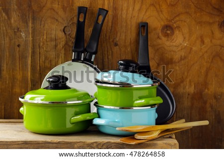 set of metal pots cookware on a wooden, domestic kitchen Foto stock ©