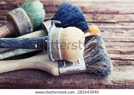 Set of old brush for coloring the walls/ Brush painting wooden furniture, close up/Paintbrush on wood background