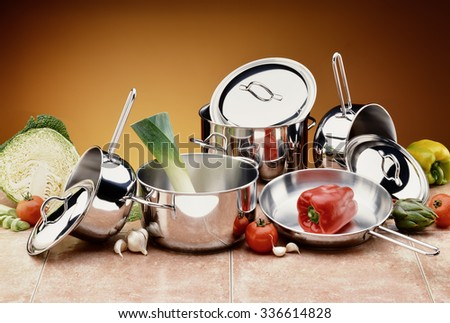 Set of Steel Pots and Covers with raw Ingredients Foto stock ©