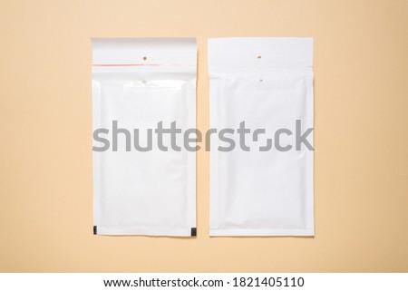 Set of white paper bubble envelopes for postal shipping Foto stock ©