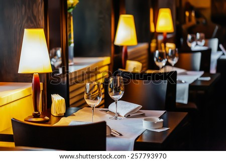 Set the table in the restaurant