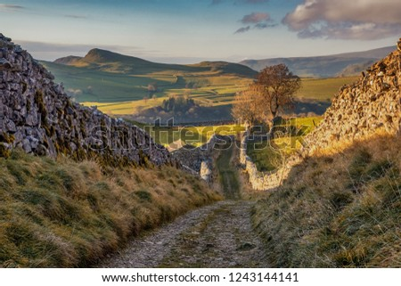 Settle is a small market town and civil parish in the Craven district of North Yorkshire, England. Historically in the West Riding of Yorkshire, it is served by Settle railway station. Zdjęcia stock ©
