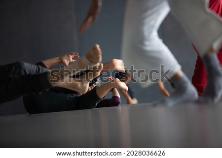 several dancers move on floor n contact improvisation performance intentionally with motion blur ond defocus bokeh Foto stock ©