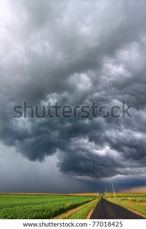 Severe Thunderstorm forms over the flat farmlands of central Illinois