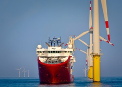 Sevice operations vessel in dynamic positioning sat of offshore wind turbine