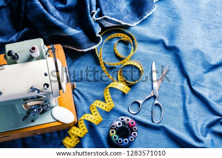 sewing indigo denim jeans with sewing machine, garment industrial concept Foto d'archivio ©
