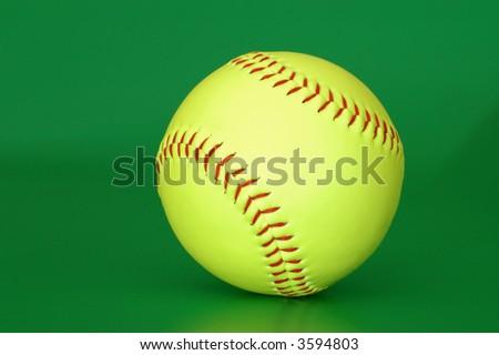 Sfera di baseball isolata su una priorità bassa verde - stock photo