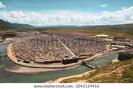 Shack houses of Tibetan monks at Yarchen Gar Monastery in Garze Tibetan, China. Yarchen Gar is the largest concentration of nuns and monks in the world. Photo stock ©