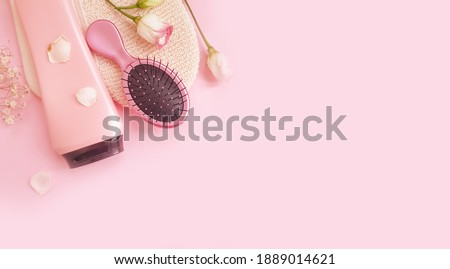 shampoo, massage brush, comb flower on a colored background Foto stock ©