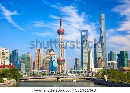 Shanghai skyline with historical Waibaidu bridge, China Stockfoto ©