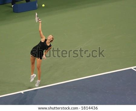 Sharapova serving at the US Open 2006