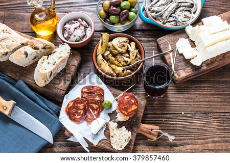 Sharing authentic spanish tapas with friends in restaurant or bar. View from above. Foto stock ©