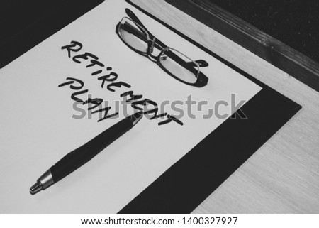 Sheet of paper with the message retirement plan handwritten on it, a pair of reading glasses and a pen placed on a clipboard – Concept image for money planning, and thinning about the future