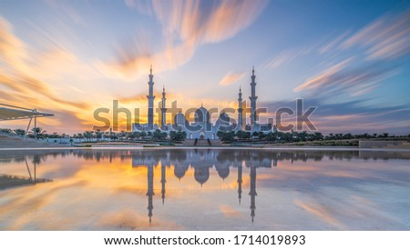 Sheikh Zayed Grand Mosque and Reflection in Fountain at Sunset with clouds - Abu Dhabi, United Arab Emirates (UAE) Foto stock ©