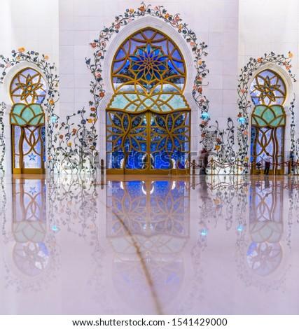 Sheikh Zayed Grand Mosque interior pillars with Beautiful refletion effect Foto stock ©