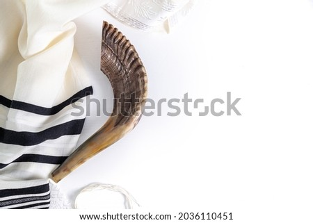 Shofar (horn) and tallit on a white background. Traditional symbol of the Jewish holiday. Top view Foto stock ©