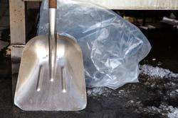 Shovel. Chromed metal.