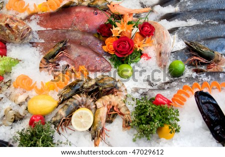 showcase in a restaurant with fish and molluscs