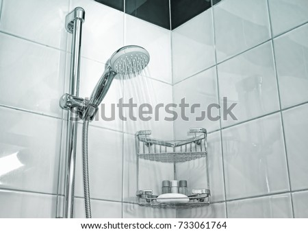 Shower cabin in a bathroom. Water stream flowing. Drops on the transparent glass door Foto stock ©