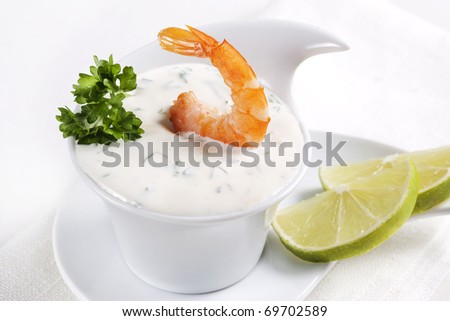 Shrimp dipped in sauce and lime