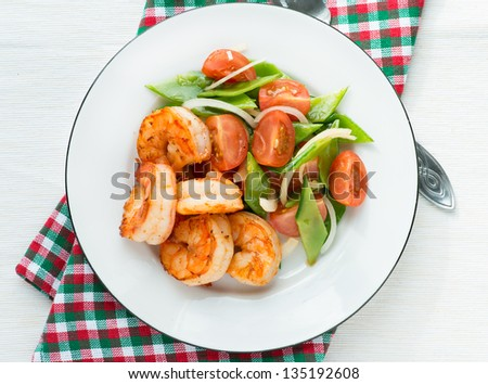 Shrimps (prawns) and fresh snow peas and tomato salad, overhead