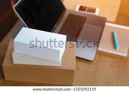 Side view, shipping, online shopping, newcomers, small business owners are small businesses, SME entrepreneurs or Asian freelance workers. That works with products boxes and calculator and laptop