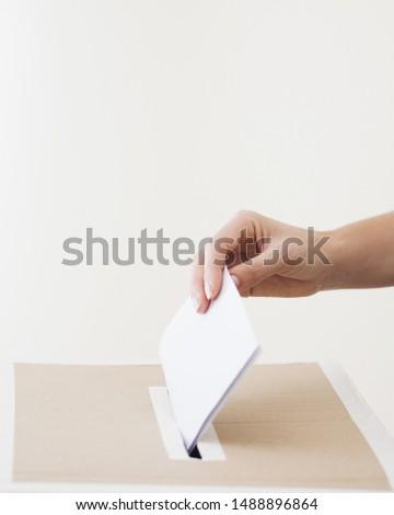 Sideways person putting ballot in election box Foto d'archivio ©
