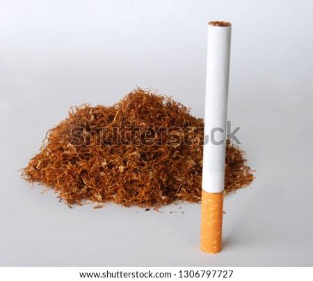 sigara ve sigaranın ham maddesi tütün Stok fotoğraf ©