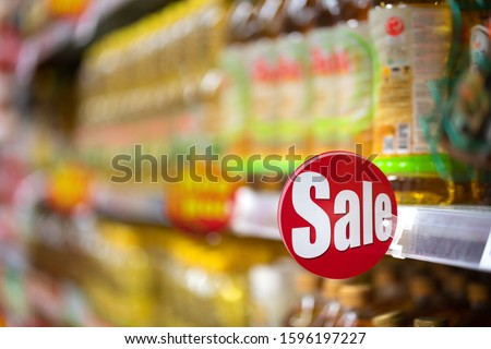 Sign of 'Sale' wording at consumer good's shelf in the supermarket or grocery. That used to demonstrate all goods on this shelf are in special price/promotion. Foto stock ©