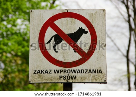 Sign of the crossed-out dog silhouette in a red circle on a white background with the signature 'Dogs not allowed'('zakaz wprowadzania psów') Zdjęcia stock ©
