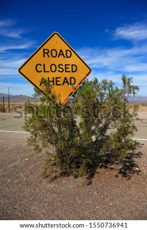 """Sign """"Road closed ahead"""" along the historic Route 66, Ludlow, California, USA, North America"""